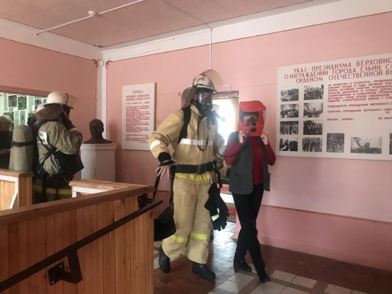 «Трое не смогли покинуть здание». Музей в Смоленской области оцепили пожарные
