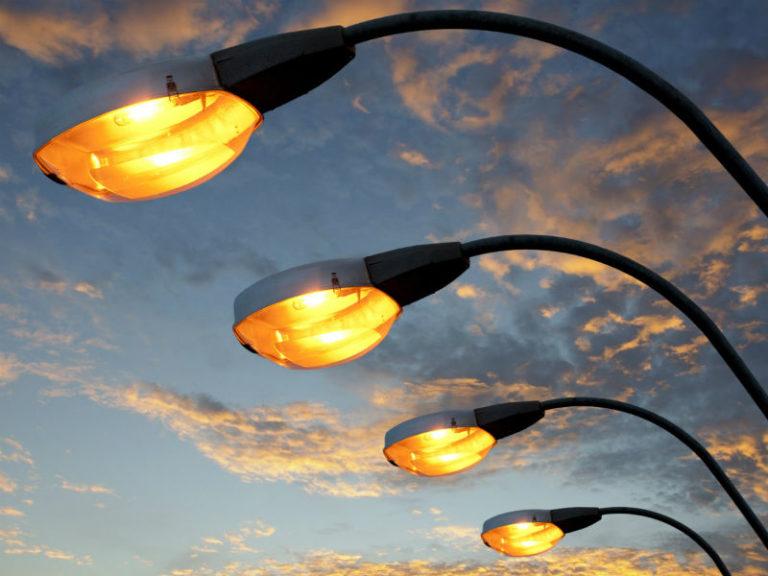 Жители села в Смоленском районе несколько лет добивались освещения улицы