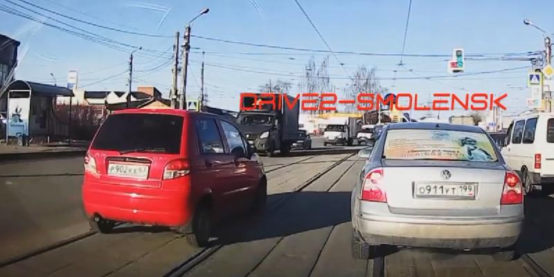 «Когда в душе ты водитель трамвая». Грубое нарушение ПДД в Смоленске попало на видео