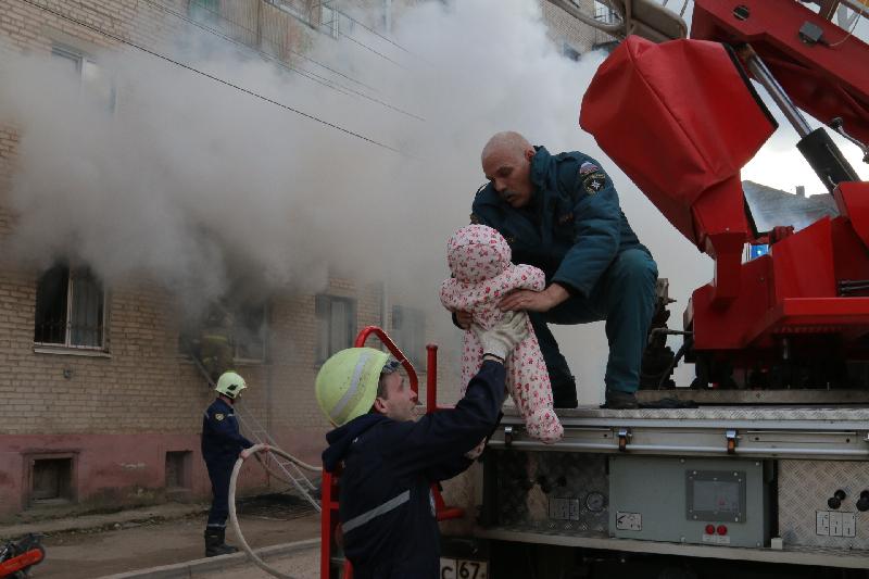 «Спасли грудного ребенка». В Смоленске из пожара вытащили 10 человек