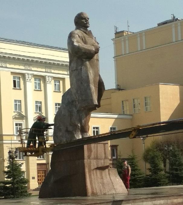 В Смоленске моют памятник Ленину