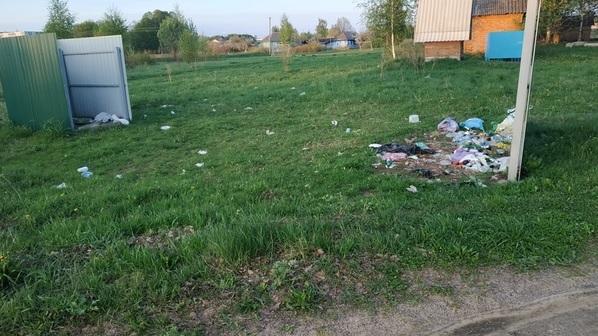 «Недалеко от Днепра — гора отходов». Жители райцентра Смоленской области намусорили возле реки