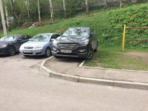 «Не хватило места?». В Смоленске водителя накажут за парковку на тротуаре