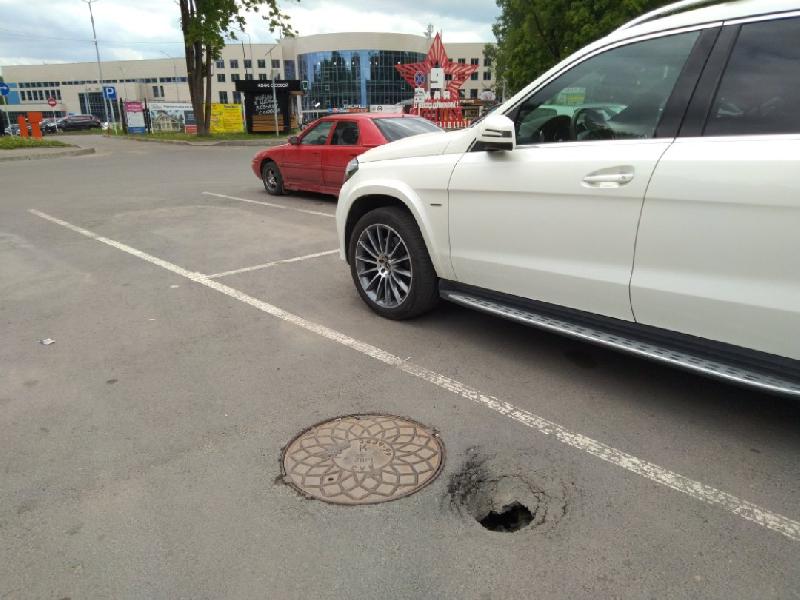 В Смоленске на стоянке провалился асфальт