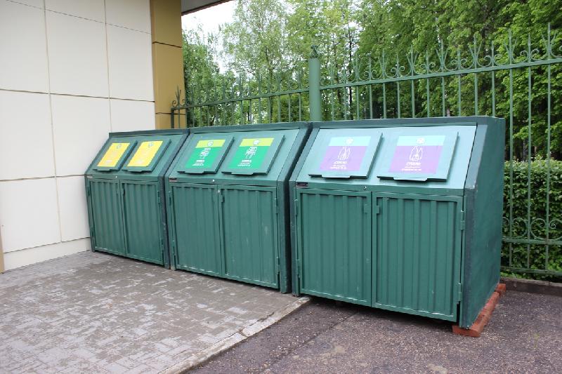 В Смоленске у входов в ЦПКиО установили контейнеры для раздельного сбора ТКО