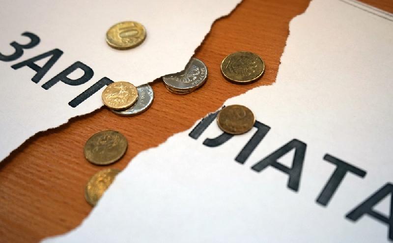 Директор смоленской фирмы задолжал работникам сотни тысяч рублей