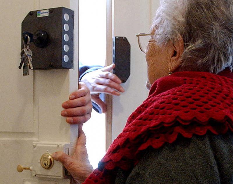 В Смоленске ищут воровок, заявившихся домой к пенсионерке