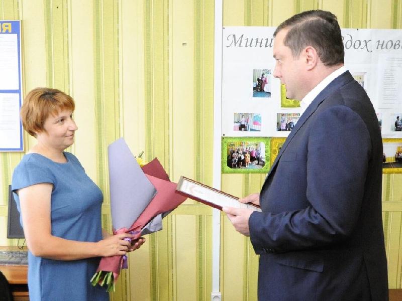 Глава Смоленщины лично поздравил соцработников в Темкино