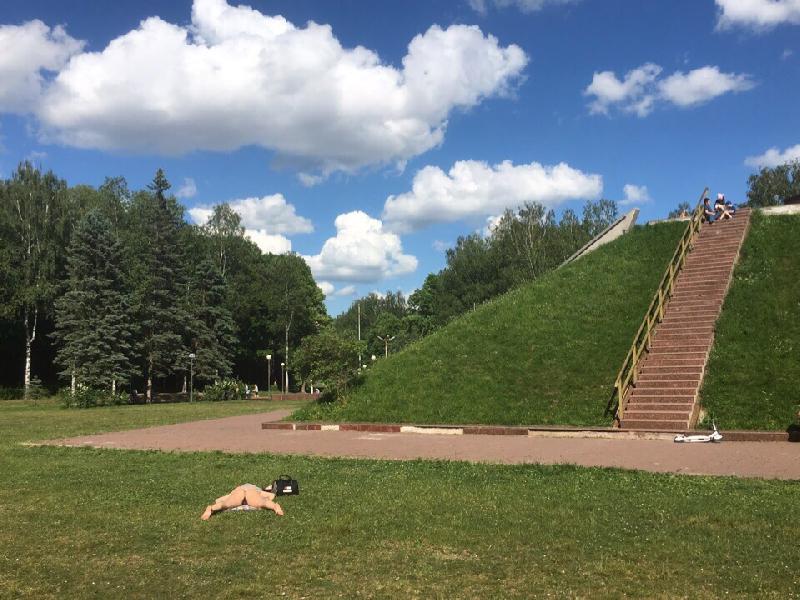 Жители Смоленска шокированы обнаженкой на фоне мемориала