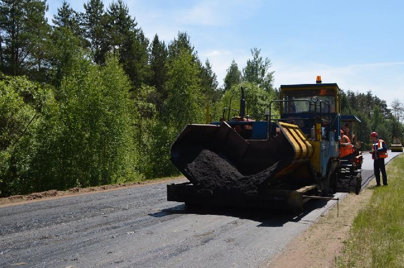 В Смоленской области ремонтируют дорогу, соединяющую три райцентра