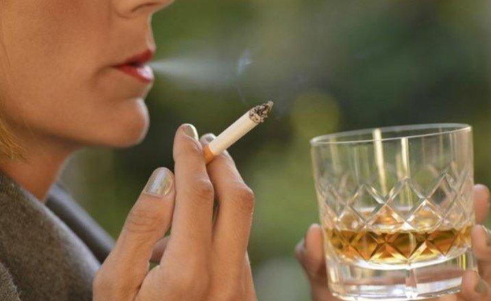 Употребление алкоголя может быть таким же вредным, как и курение сигарет