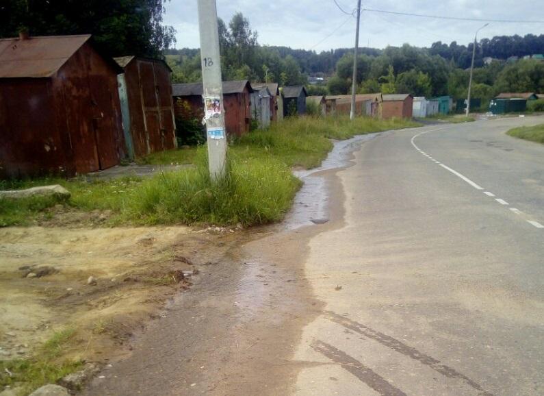 В смоленском райцентре больше месяца течет «канализационная река»
