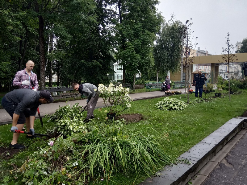 В главном парке Смоленска озеленили центральную аллею