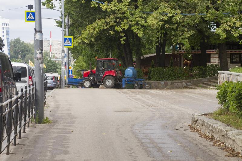 Какой техникой в Смоленске убирают тротуары