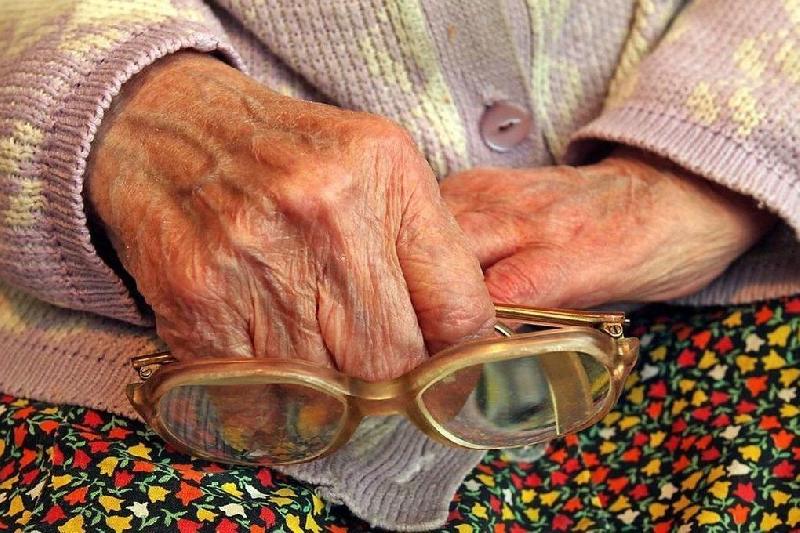 В Смоленске ищут аферистку, обокравшую 80-летнюю бабулю