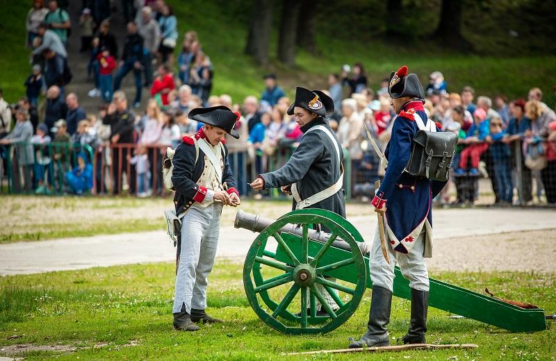 В Лопатинском саду реконструировали эпизод Смоленского сражения. Видео