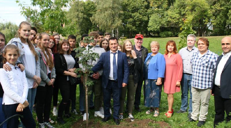 В Смоленске на Аллее мира посадили Дерево дружбы