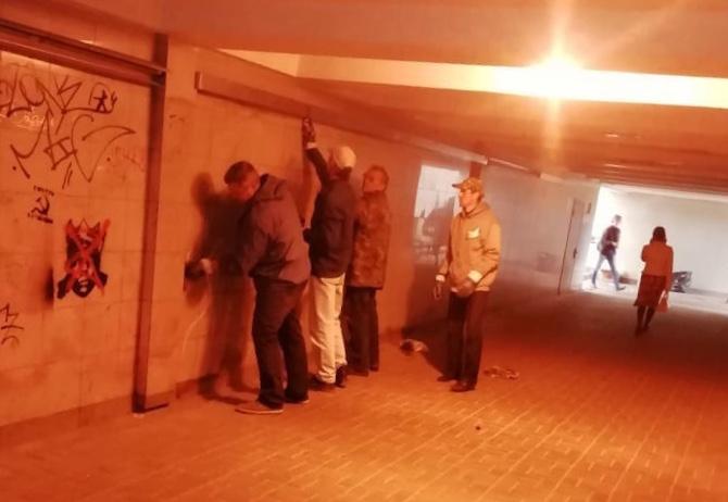 В Смоленске продолжают отмывать от «наскальной живописи» подземный переход
