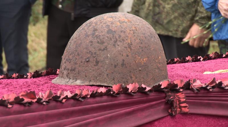 «Под звук оружейных залпов». Бойца, погибшего под Смоленском, похоронили на родине