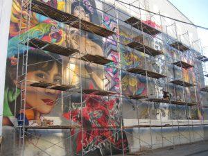 «Граффити готово». Как разукрасили фасад кинотеатра в центре Смоленска