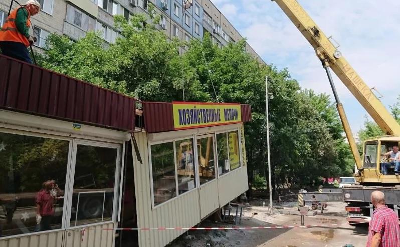 Жители Смоленска пожаловались главе города на ларьки во дворах