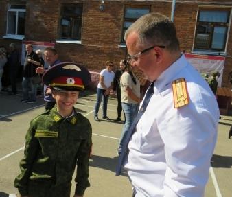 Смоленские следователи поздравили маленького героя с Днем знаний
