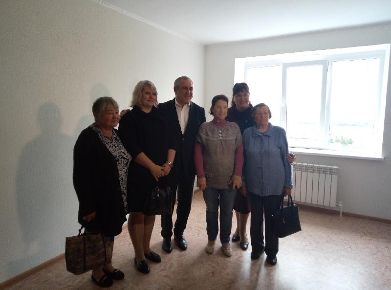 Сергей Неверов поздравил новоселов из Вязьмы с переездом в новое жилье
