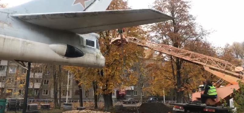 В Смоленске почистили самолет на улице Багратиона