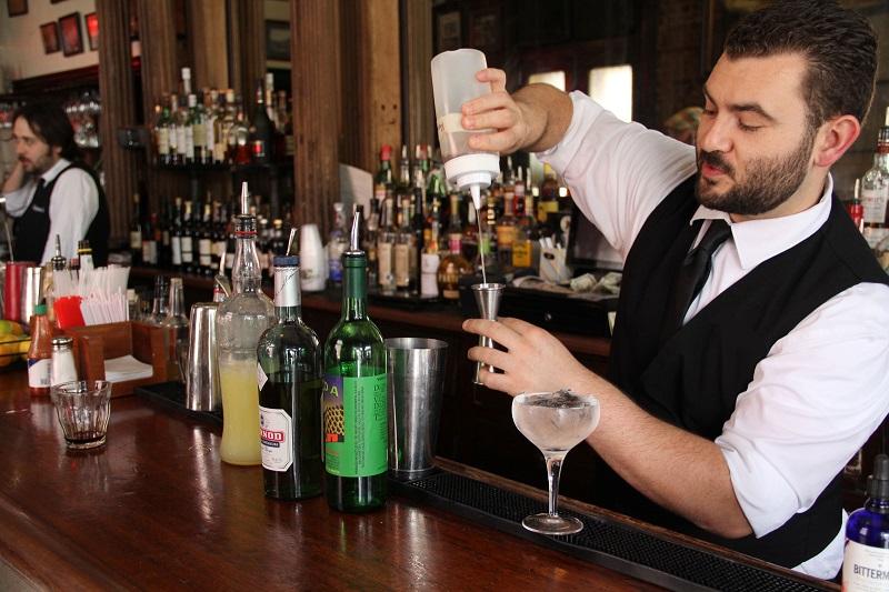 В Смоленске на бармена набросился посетитель ресторана