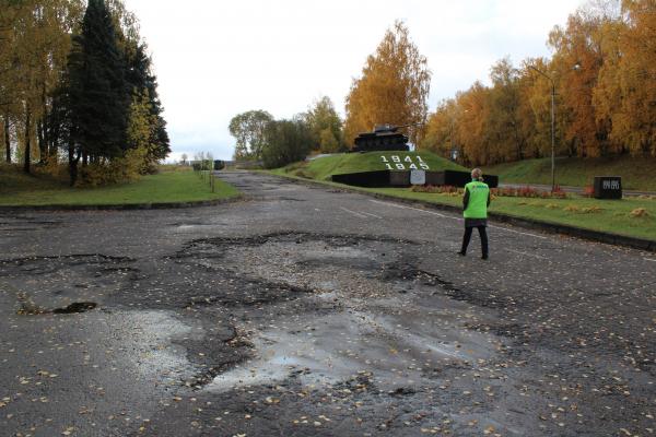 Активисты ОНФ нашли брак в ремонте дороги под Смоленском