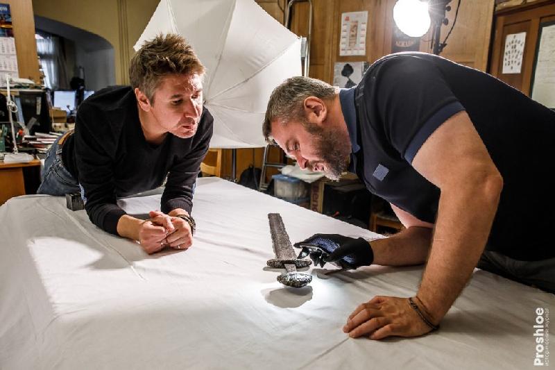 Историки устроили фотосессию с найденными под Смоленском мечами