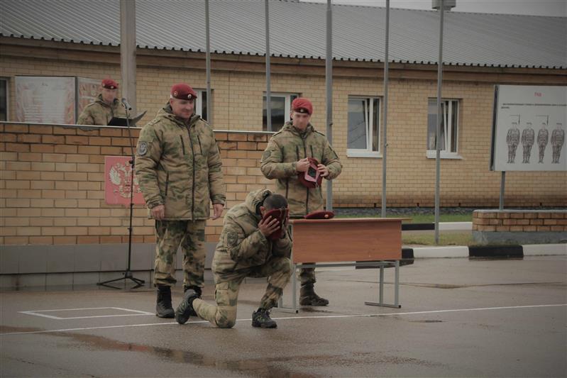 В Смоленской области 8 росгвардейцев получили краповые береты