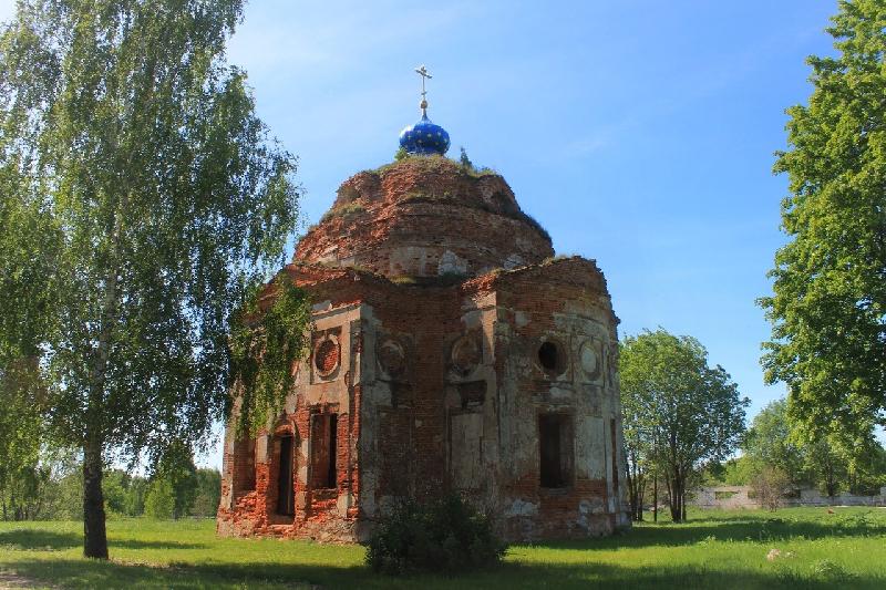 Смоляне своими силами восстанавливают заброшенную церковь