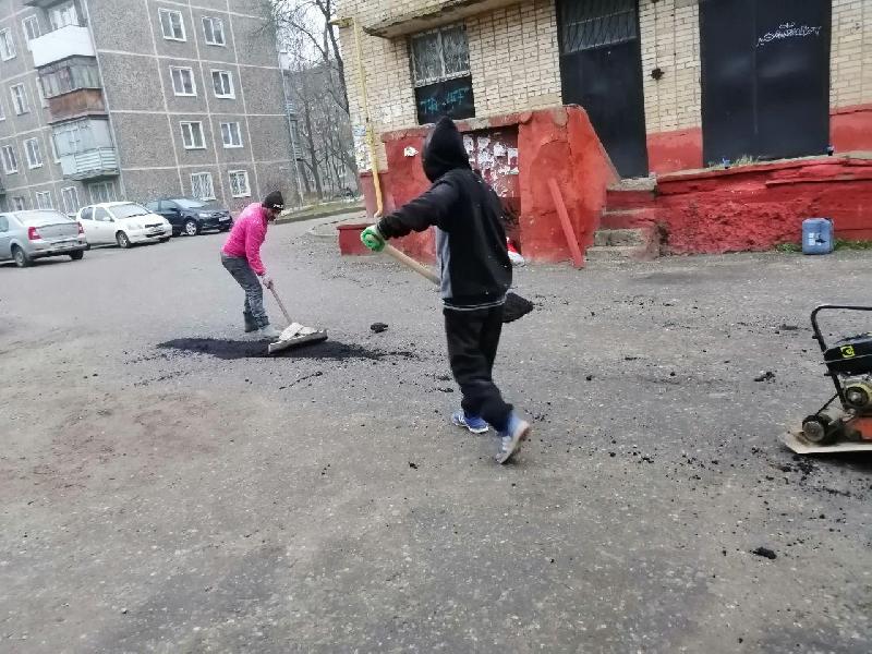 Смоляне своими силами ремонтировали дорогу