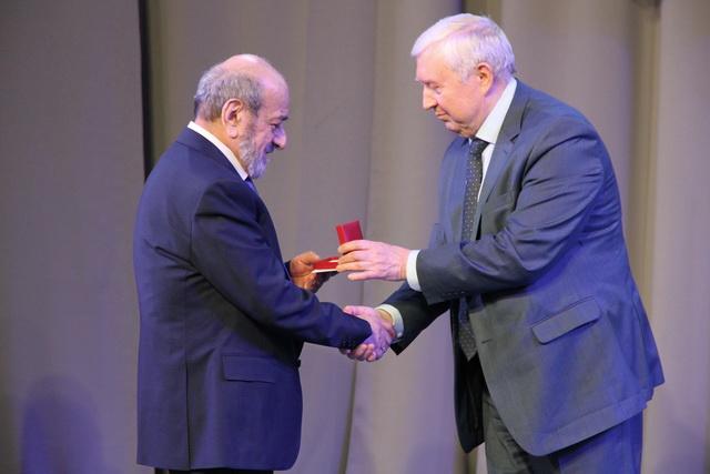 Известного смоленского Архитектора Мирика Абаляна наградили почетным знаком