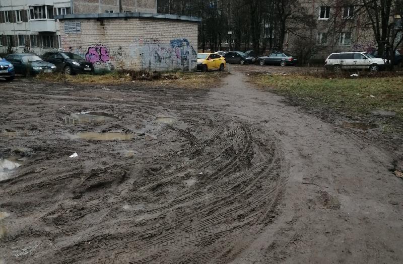 «Хватит месить газоны и загрязнять тротуары!» Смоляне жалуются на состояние улицы