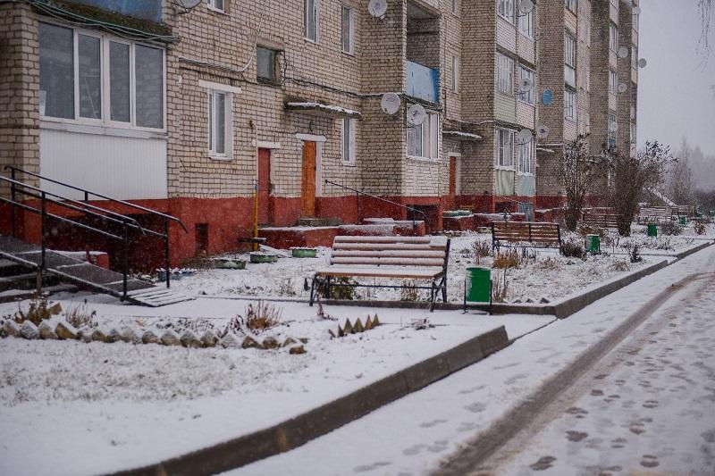 «От парковки до дверей». В густонаселенном районе Духовщины отремонтировали дворы
