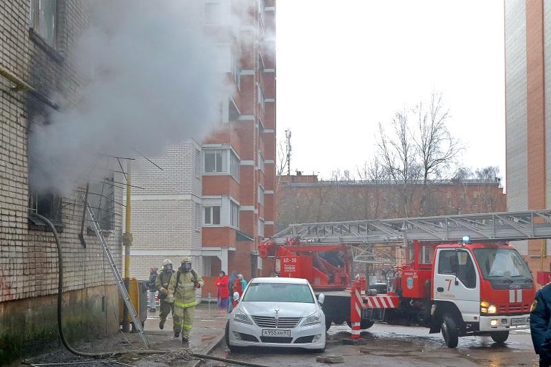 В Смоленске из-за пожара эвакуировали жильцов многоэтажки