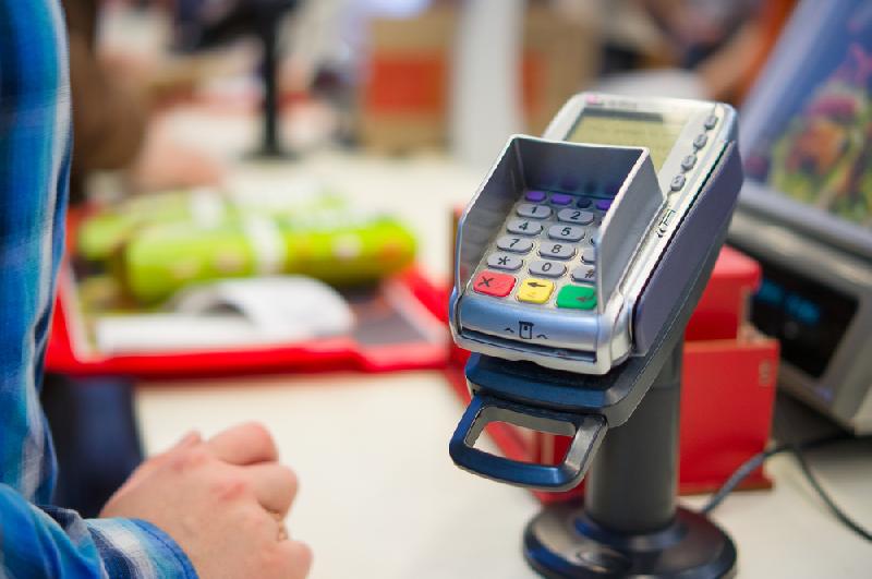 Смоляне стали чаще расплачиваться банковскими картами