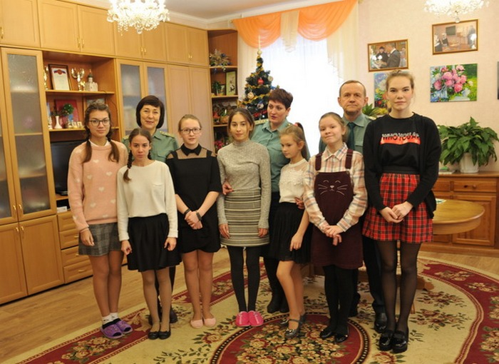 Смоленские таможенники передали воспитанницам детского дома подарки от «Деда Мороза «