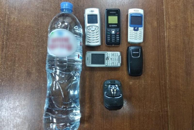 «Фира обыскала фуру». В Смоленской области на «зону» пытались провезти мобильники и алкоголь