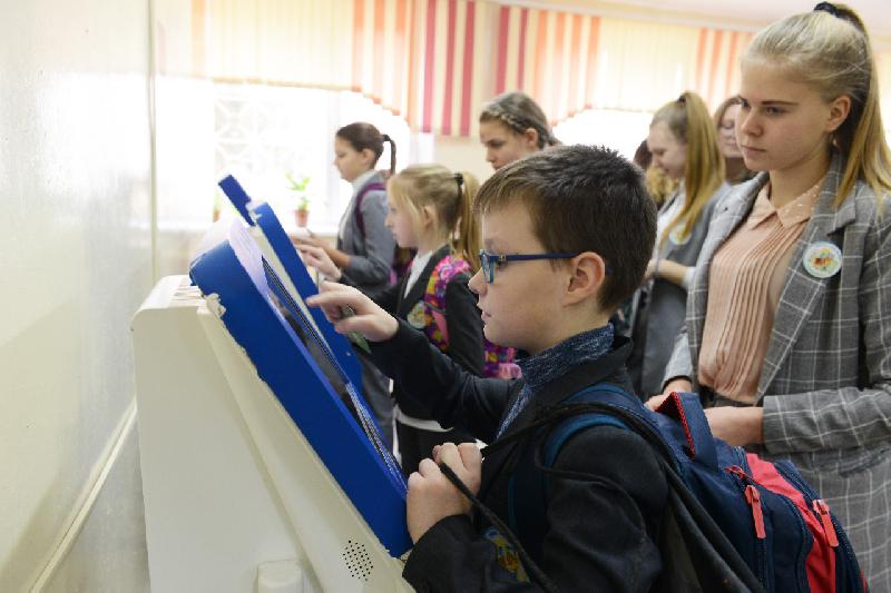 Еще в одной школе Смоленска ввели электронные карты