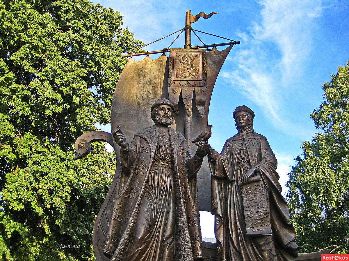 Памятник Петру и Февронии в городе Самара