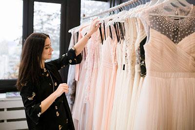 Как завоевать лояльность покупателей в сфере продаж женской одежды?