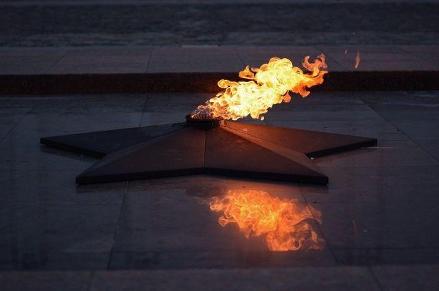Вандалы сожгли цветы на Вечном огне в городе Гагарине