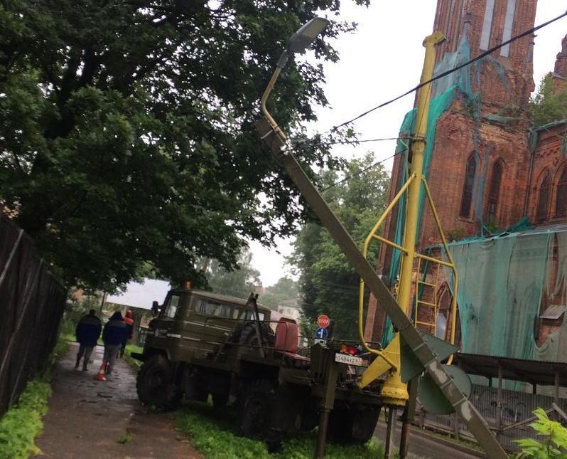 В Смоленске, у костела, рухнула опора ЛЭП