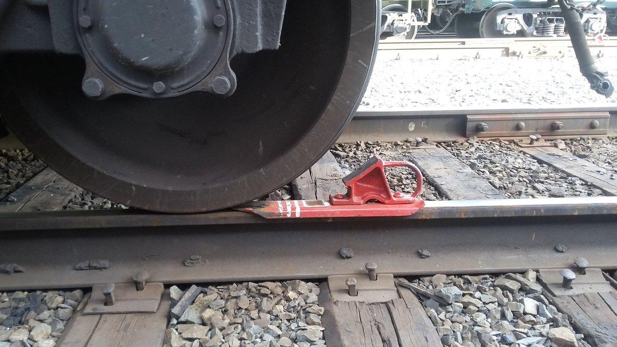 Разновидности и назначение железнодорожных тормозных башмаков