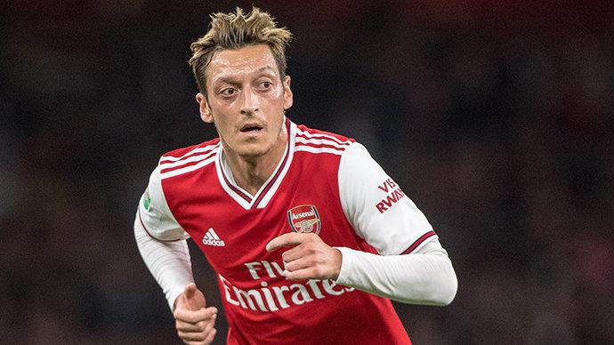 Озил хочет уйти из «Арсенала», доработав контракт до конца