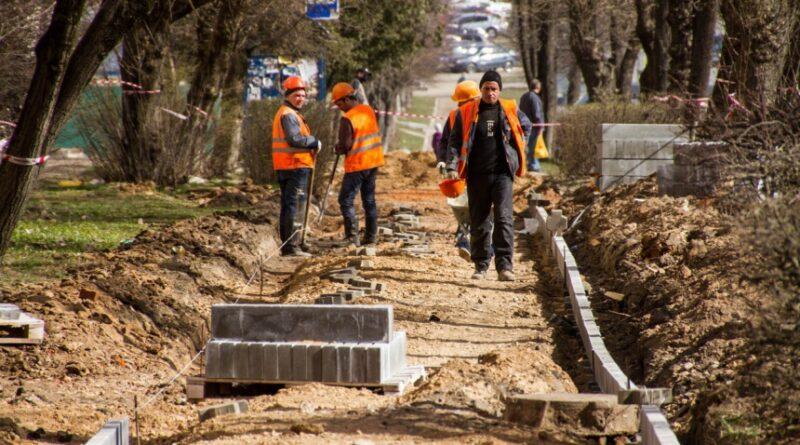 В Смоленске ведется ремонт тротуаров