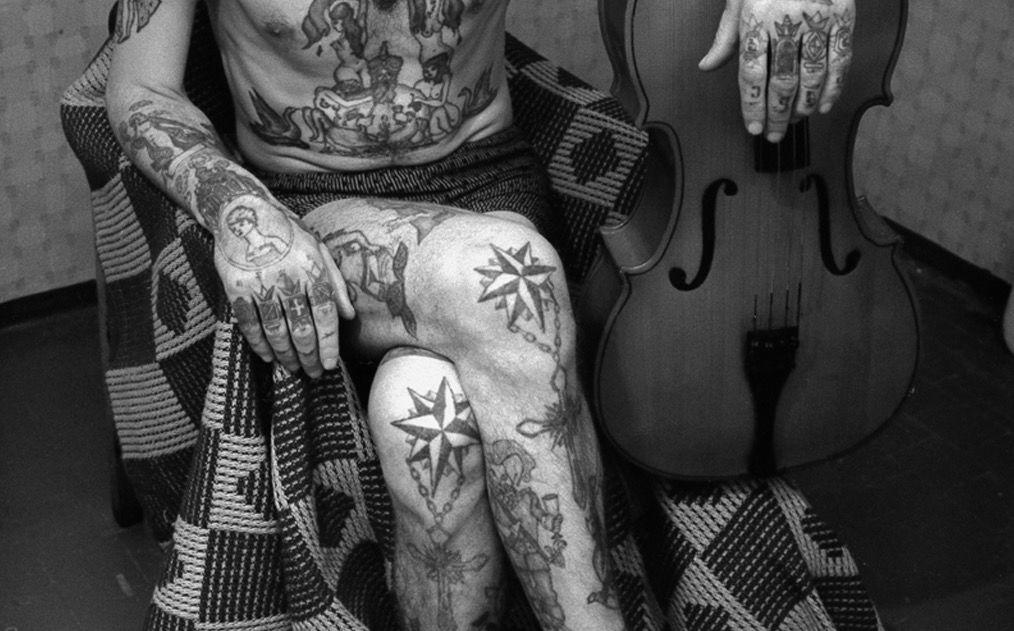 Тюремные тату на ногах